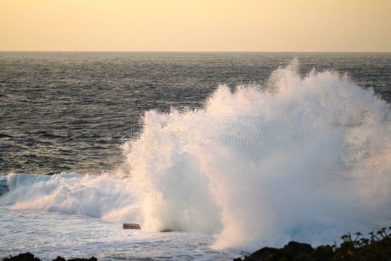 Ozean-Spray-Sonnenuntergang-Kap Zampa, Okinawa Japan stockbild