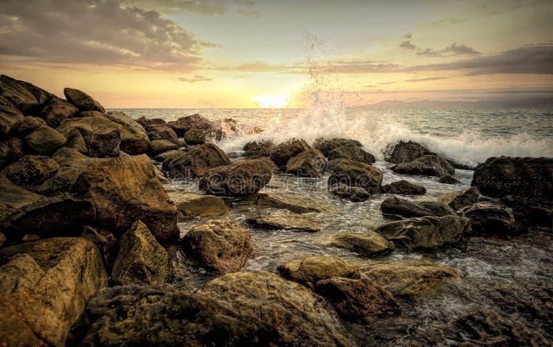 Ozean-Spray-Sonnenuntergang-Welle stockbild