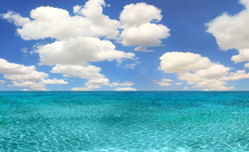 Ozean-Strand-Szene an einem hellen Tag stockfotos