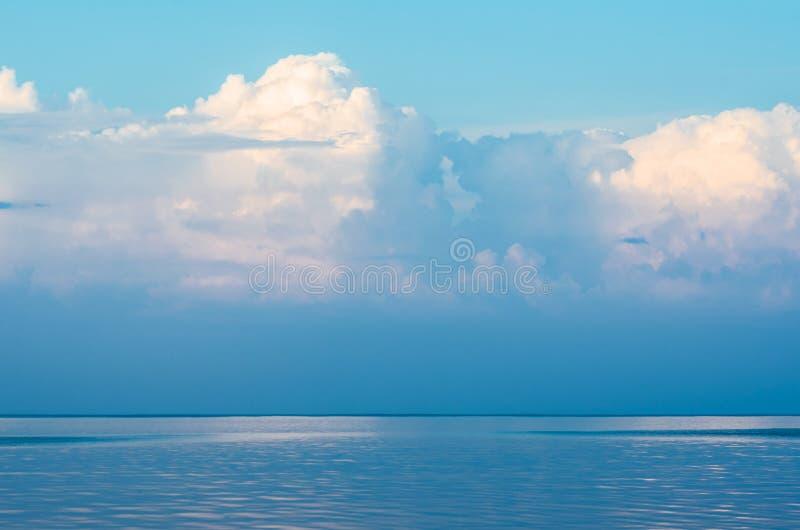 Ozean und blauer Himmel stockfotos