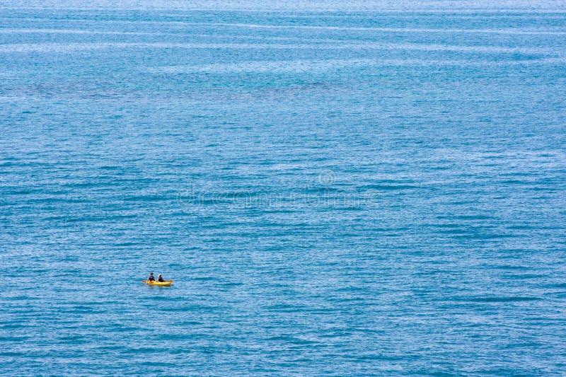 Ozean und Kajak stockbilder