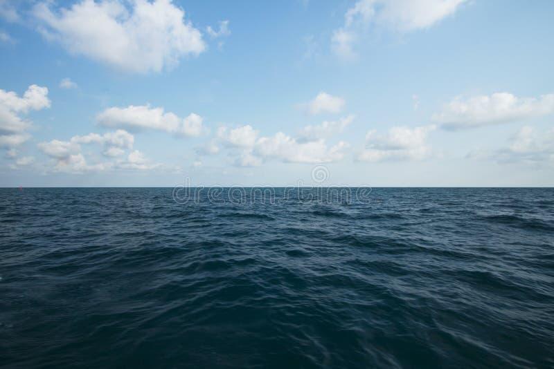 Ozean und klarer Himmel auf Sommer für Hintergrund lizenzfreie stockbilder