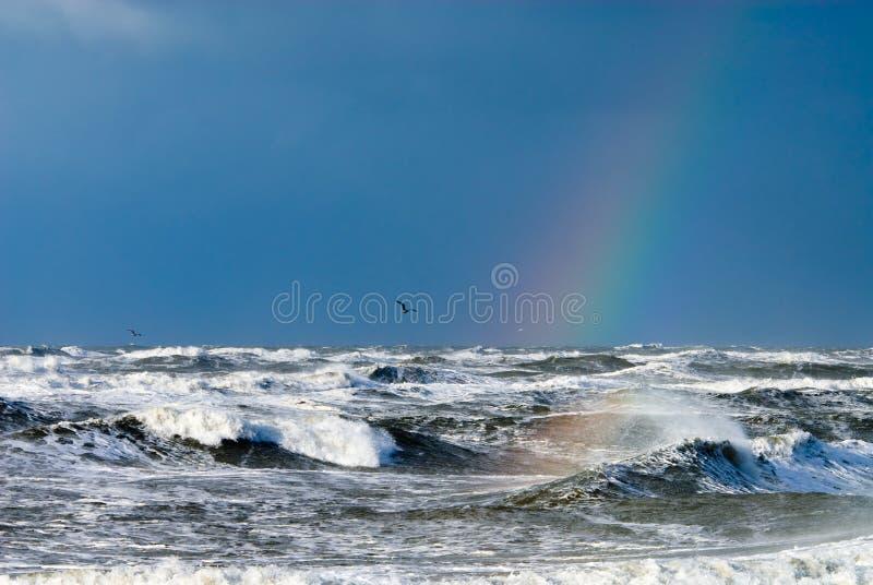 Ozean und raindbow lizenzfreies stockbild