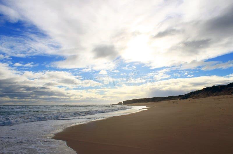 Ozean und Wolken auf dem Strand lizenzfreie stockfotografie