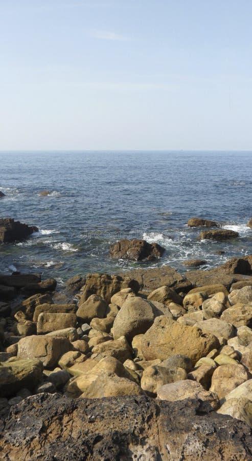 Ozean voll von Steinen stockbilder
