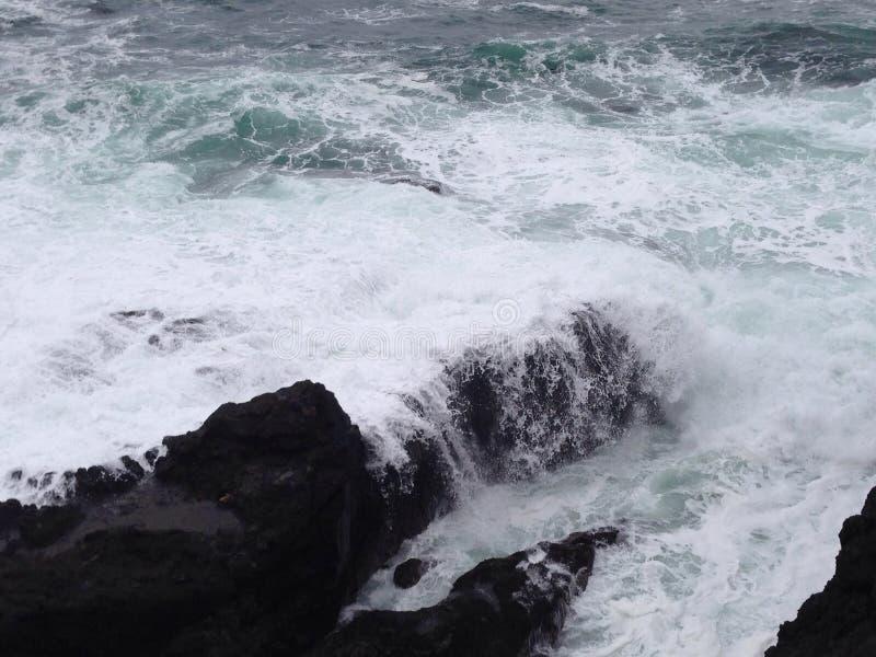 Download Ozeanblatt stockfoto. Bild von landschaft, felsen, reizend - 96925692