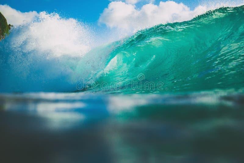 Ozeanblauwelle im Ozean Brechende Welle für das Surfen in Bali stockfoto