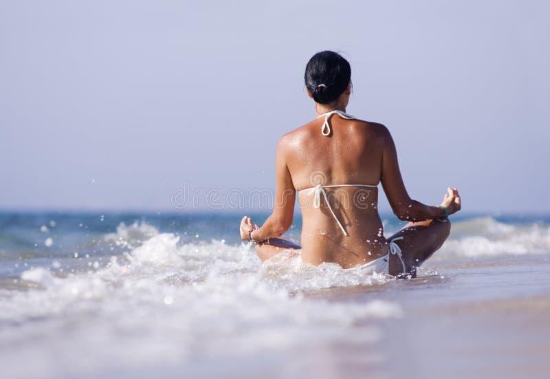 Ozeanferienrückzugfrau, die am Strand sich entspannt stockfoto