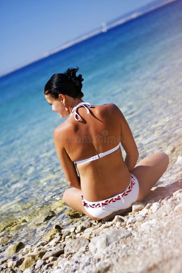 Ozeanferienrückzugfrau, die am Strand sich entspannt lizenzfreies stockbild