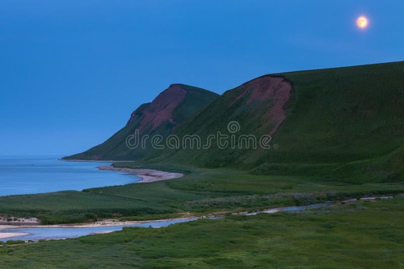 Ozeanküste, Kommandant Islands, Buyan-Bucht lizenzfreies stockfoto
