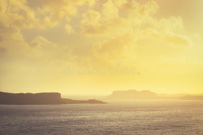 Ozeanküstenlinie mit nebelhaften goldenen Wolken, schottische Hochländer, Großbritannien lizenzfreie stockbilder