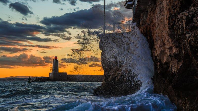 Ozeansonnenuntergang mit dem Wellenzusammenstoßen stockbilder