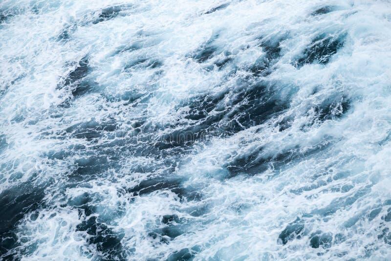 Ozeanwasseroberfläche mit Schaum und Wellen stockfotografie