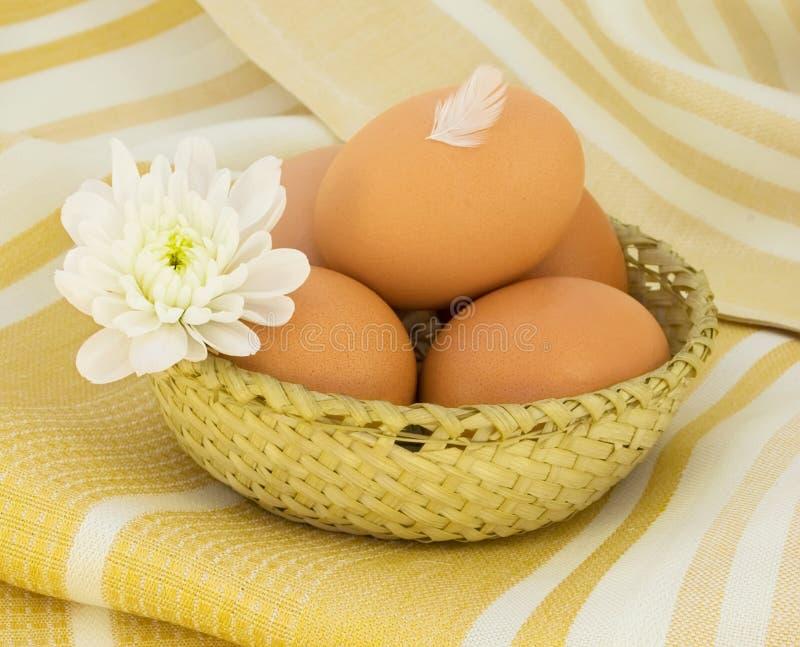 Download łozinowi koszykowi jajka zdjęcie stock. Obraz złożonej z jedzenie - 13329236