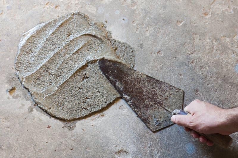 pá de pedreiro com concreto molhado fotografia de stock