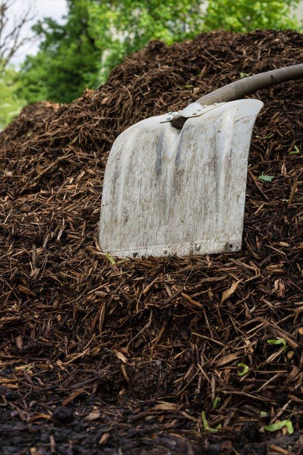 Pá de Shovelor na terra de jardinagem, ferramenta para cultivar fotos de stock royalty free