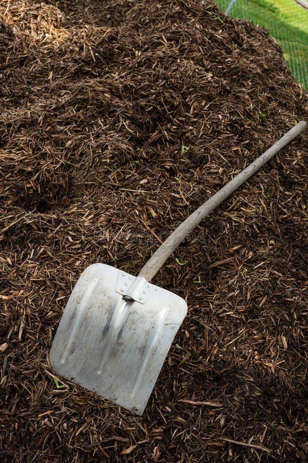 Pá de Shovelor na terra de jardinagem, ferramenta para cultivar fotos de stock