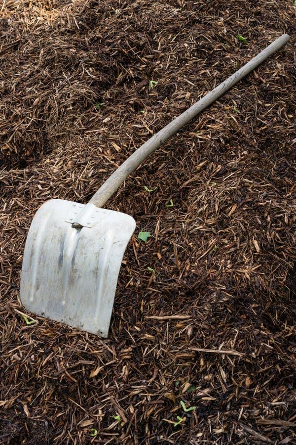 Pá de Shovelor na terra de jardinagem, ferramenta para cultivar foto de stock royalty free