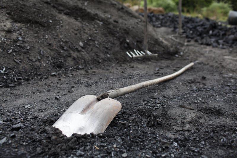 Pá e ancinho para o carvão de trabalho fotografia de stock royalty free