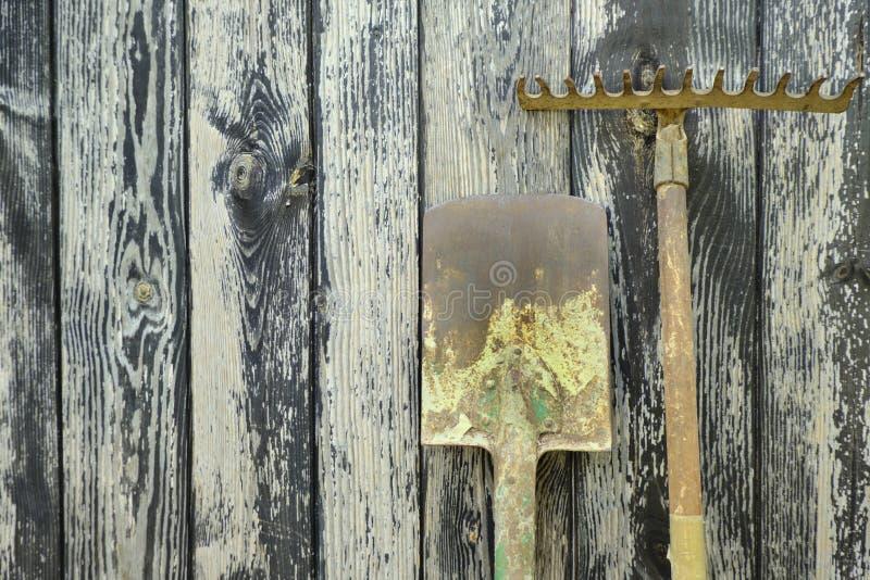 Pá e ancinho velhos oxidados fotografia de stock royalty free