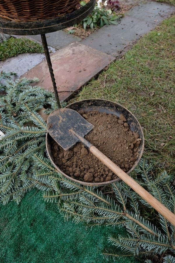 Pá e solo para uma sepultura imagens de stock royalty free