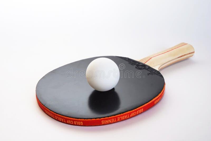 Pá preta do tênis de mesa com a bola fotografia de stock