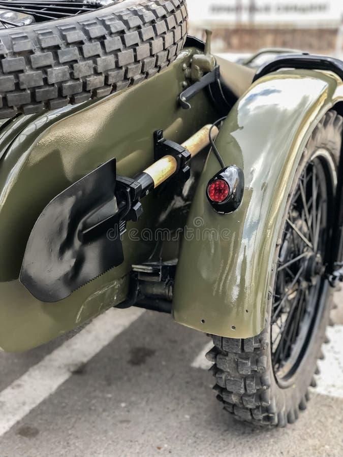 Pá soviética do sapper do exército da segunda guerra mundial na motocicleta retro URAL do russo fotografia de stock royalty free