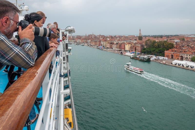 Pá superior do navio de cruzeiros com passageiros observando Veneza e para tomar fotos foto de stock royalty free