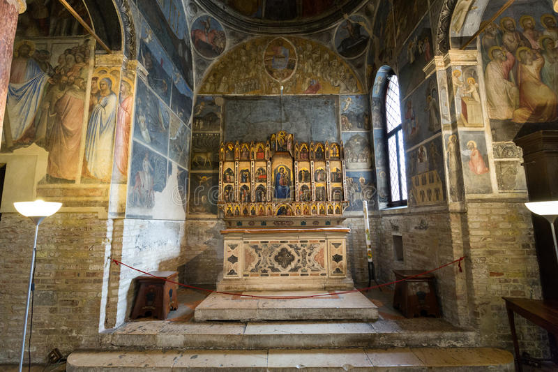 Pádua - Baptistery do domo ou da catedral de Santa Maria Assunta por Giusto de Menabuo foto de stock