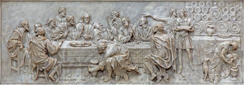 PÁDUA, ITÁLIA - 9 DE SETEMBRO DE 2014: O relevo da última ceia na igreja Basílica del Carmim no altar principal por Battista Biss imagens de stock royalty free