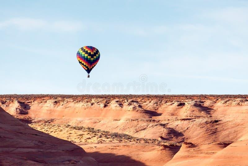 PÁGINA, ARIZONA/USA - 8 DE NOVEMBRO: Ar quente que ballooning perto da página dentro fotografia de stock