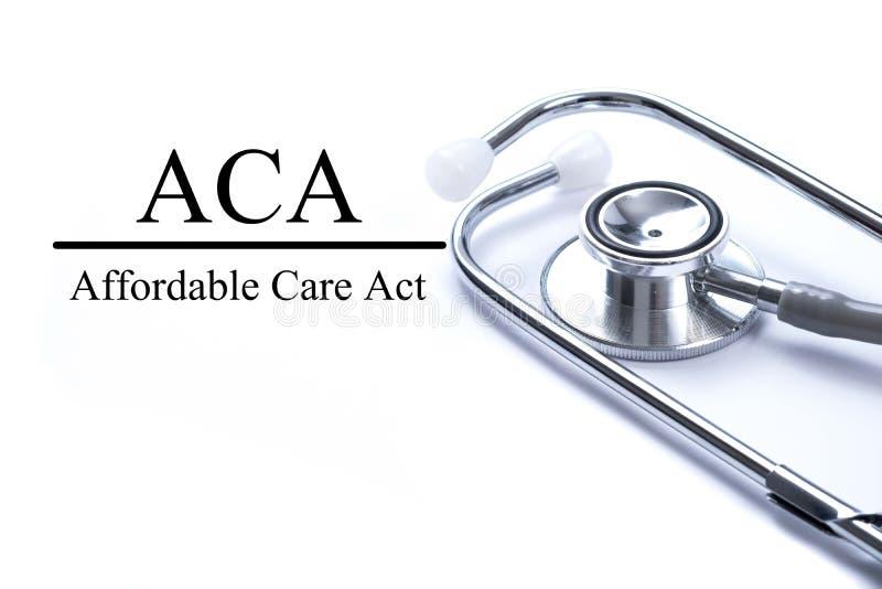 Página con acto asequible del cuidado del ACA en la tabla con el stethoscop foto de archivo
