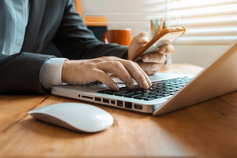 Página de clique da busca do Internet do homem de negócios no tela táctil do computador no escritório fotos de stock