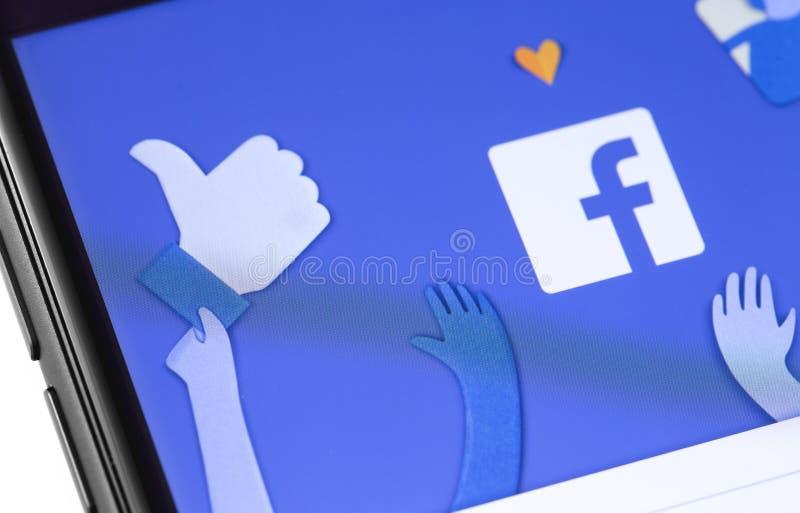 Página de inicio de Facebook en el smartphone de la pantalla imagenes de archivo