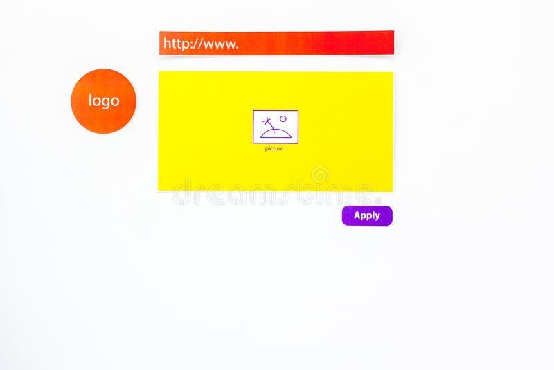Página de internet que se convierte Concepto de diseño del sitio web Los elementos, bloques, instrumentos, herramientas para hace fotos de archivo