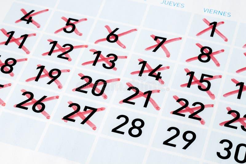 Página del calendario con días del strikethrough fotos de archivo libres de regalías