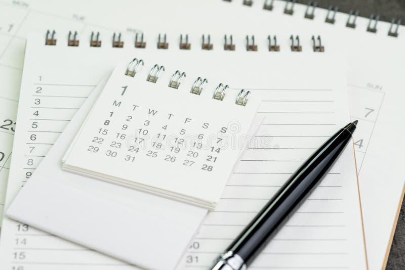 Página do planejador do calendário na lista do caderno com uma pena usando-se como o remin foto de stock royalty free