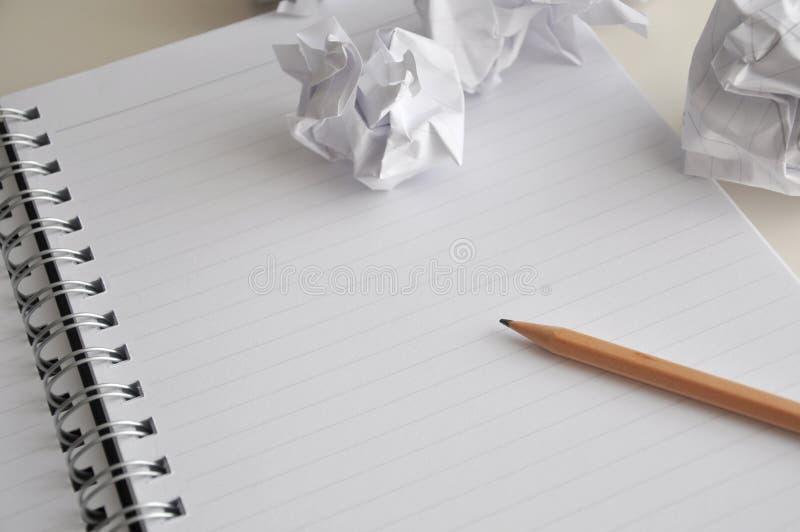 Página en blanco del cuaderno con el lápiz y el papel arrugado fotos de archivo libres de regalías