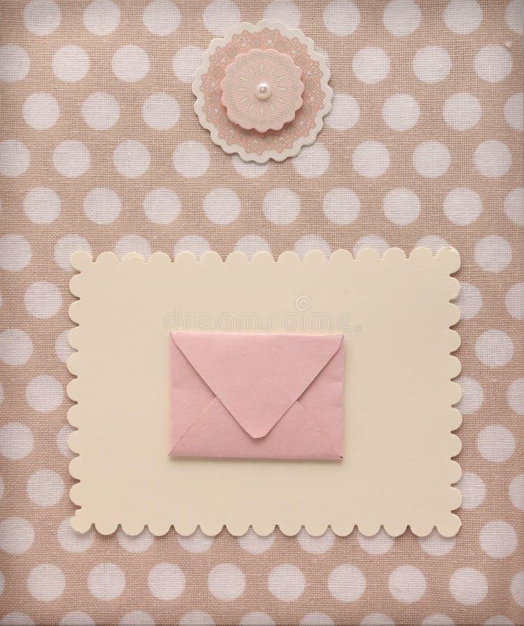 Página retra del álbum del estilo con el sobre del correo y decoración de la flor en la materia textil del modelo de lunar del vi imagen de archivo libre de regalías