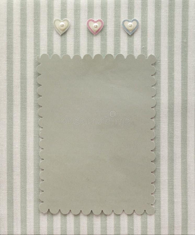 Página retra del álbum del estilo con la decoración en blanco de la foto y de los corazones en la materia textil del modelo rayad foto de archivo libre de regalías