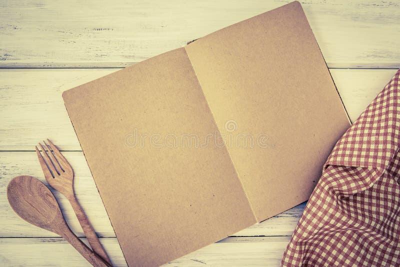 A página vazia de um papel do bloco de notas do livro abriu e toalha de mesa no whit fotografia de stock royalty free