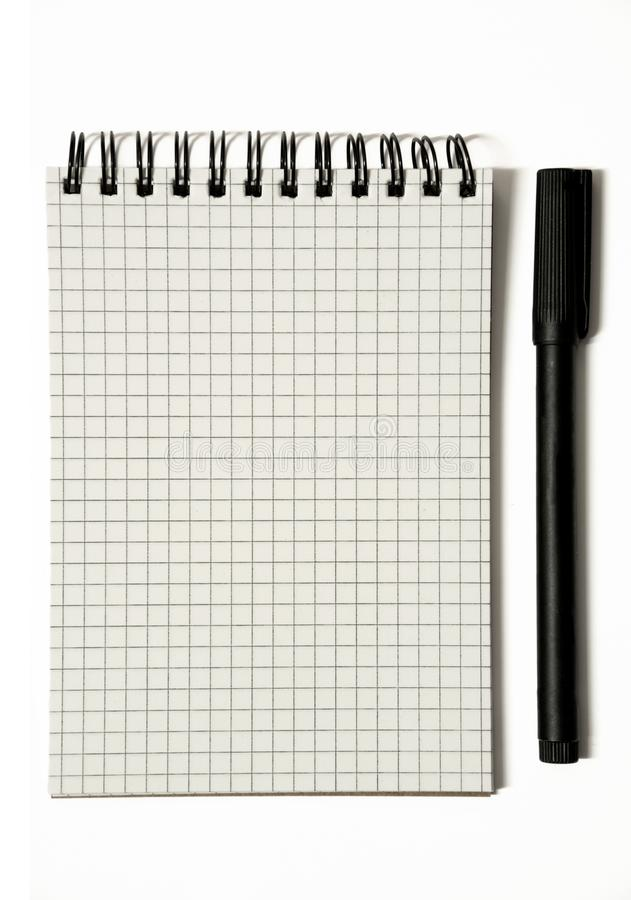 Página vazia do bloco de notas espiral gridded com pena, urgente - isolado no branco foto de stock