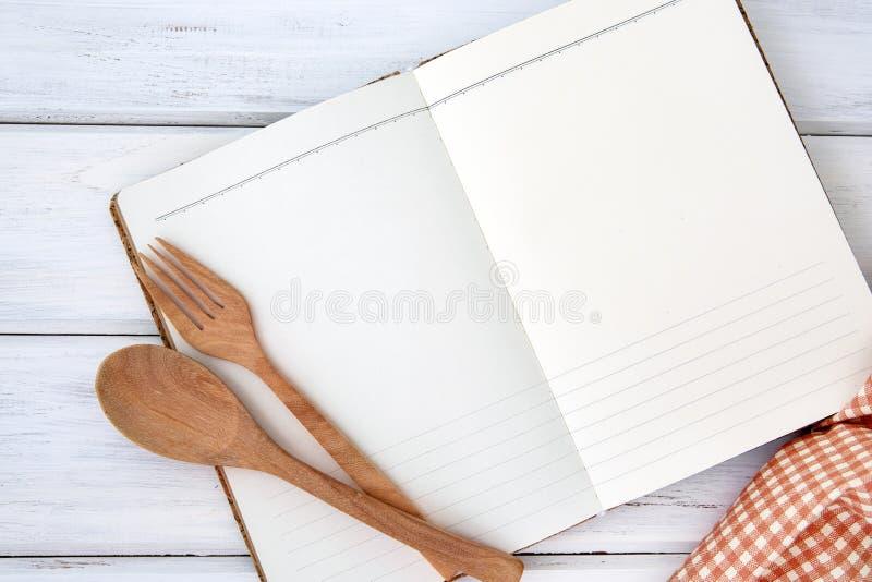 Página vazia do papel do bloco de notas do livro aberto e da toalha de mesa no branco imagem de stock royalty free