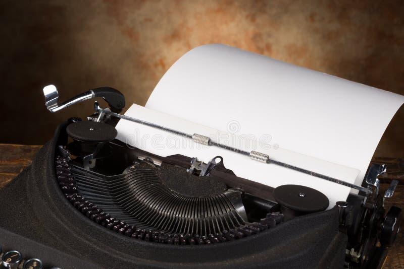 Página vazia na máquina de escrever antiga imagens de stock
