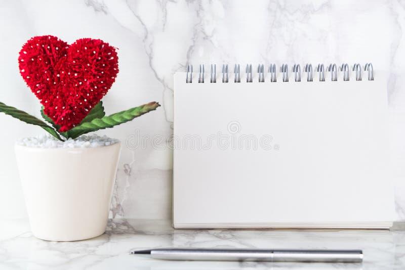 Página vazia vazia do caderno com o potenciômetro de flor do coração para a história de amor fotos de stock