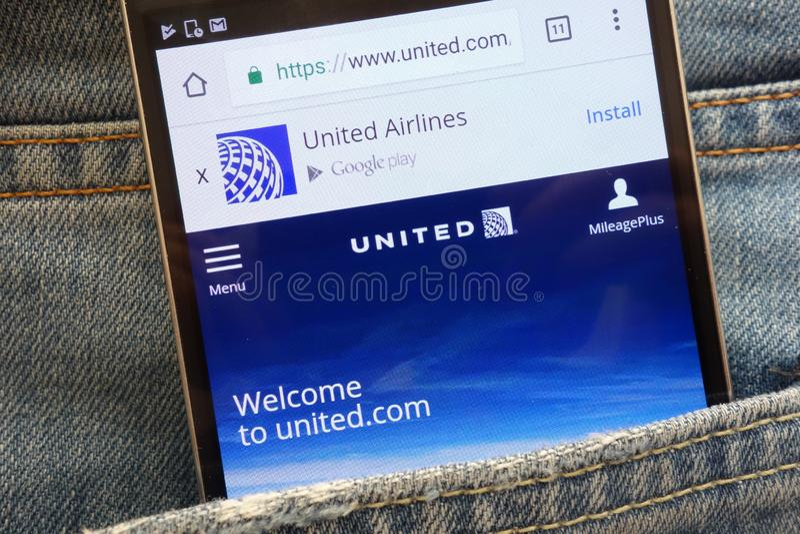 Página web de United Airlines exhibida en el smartphone ocultado en bolsillo de los vaqueros foto de archivo libre de regalías