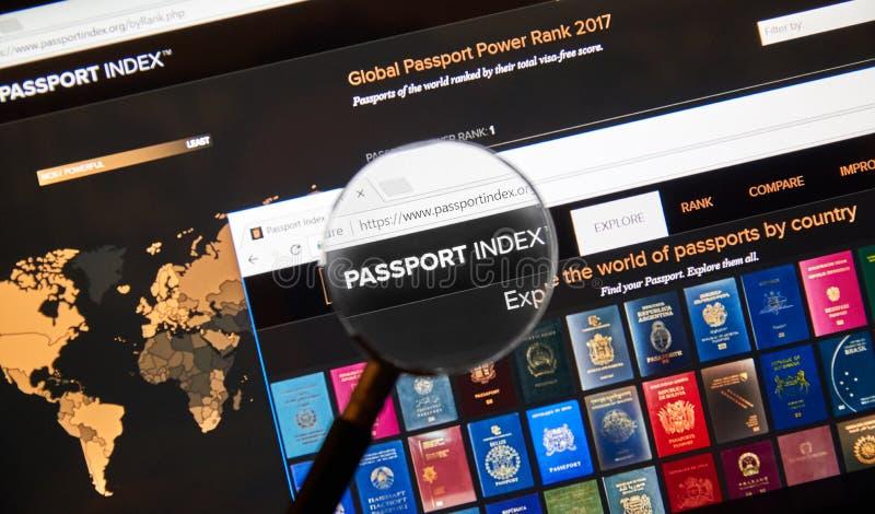 Página web del índice del pasaporte debajo de la lupa imagenes de archivo