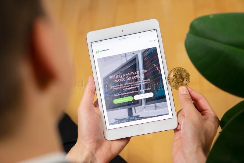 Página web y hombre de TD Ameritrade con el bitcoin fotografía de archivo