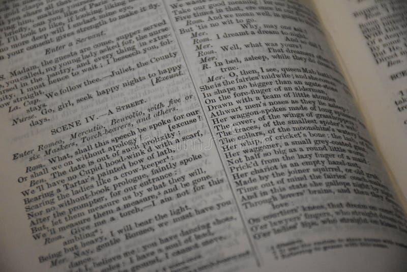 Páginas antigas do livro dos dramas shakespearianos imagens de stock