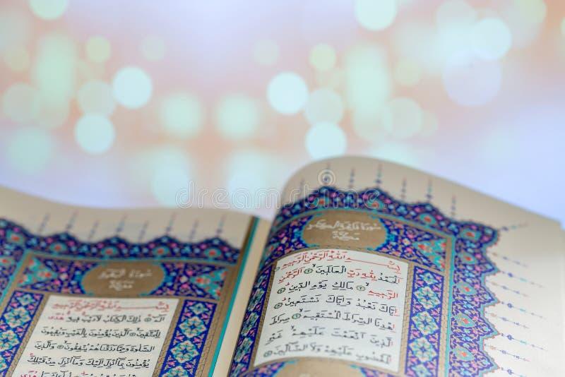 Páginas da abertura do ` de Qur do livro sagrado fotos de stock